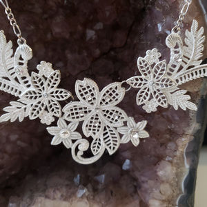 Jewelry - White flower pattered necklace